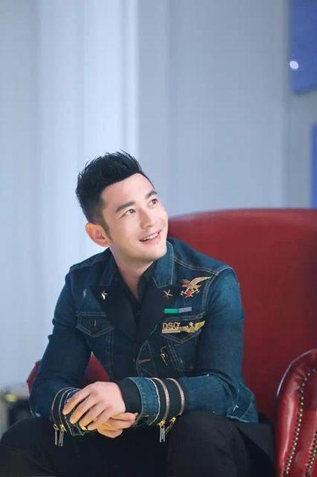 Don sinh nhat cung fan, Huynh Hieu Minh van khong quen 'ninh kheo' ba xa Angela Baby tren san khau - Anh 11