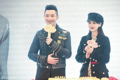 Don sinh nhat cung fan, Huynh Hieu Minh van khong quen 'ninh kheo' ba xa Angela Baby tren san khau - Anh 1