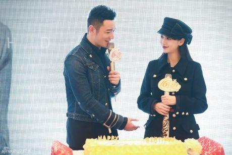 Don sinh nhat cung fan, Huynh Hieu Minh van khong quen 'ninh kheo' ba xa Angela Baby tren san khau - Anh 2
