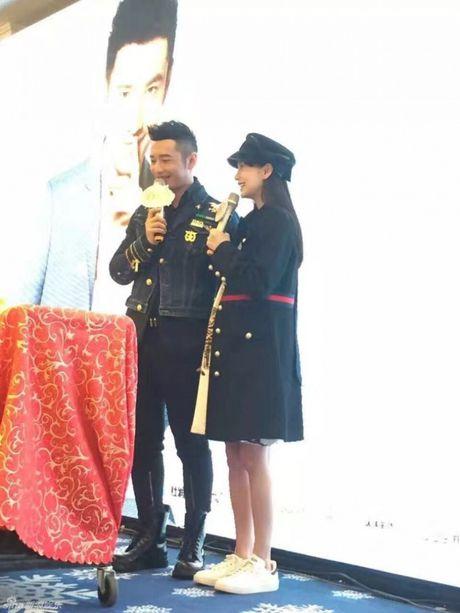 Don sinh nhat cung fan, Huynh Hieu Minh van khong quen 'ninh kheo' ba xa Angela Baby tren san khau - Anh 5