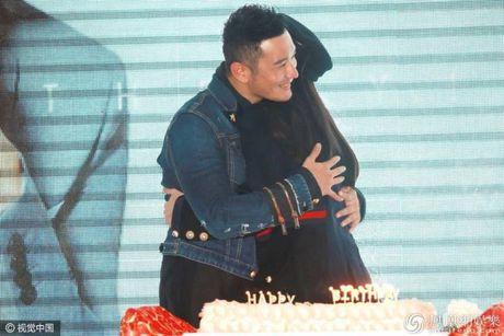 Don sinh nhat cung fan, Huynh Hieu Minh van khong quen 'ninh kheo' ba xa Angela Baby tren san khau - Anh 7