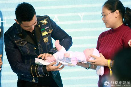 Don sinh nhat cung fan, Huynh Hieu Minh van khong quen 'ninh kheo' ba xa Angela Baby tren san khau - Anh 8
