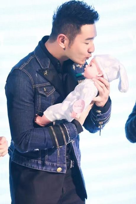 Don sinh nhat cung fan, Huynh Hieu Minh van khong quen 'ninh kheo' ba xa Angela Baby tren san khau - Anh 9