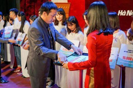 Hoc bong Le Van Kiem trao gan 400 trieu dong cho sinh vien ngheo DH Thuy Loi - Anh 1