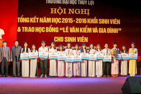 Hoc bong Le Van Kiem trao gan 400 trieu dong cho sinh vien ngheo DH Thuy Loi - Anh 2