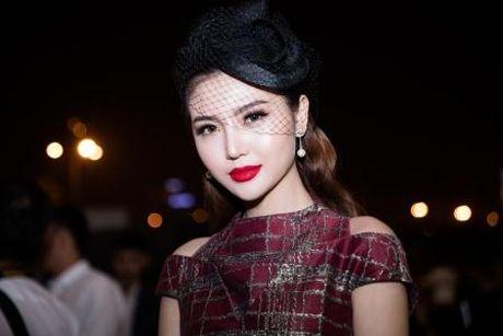 Hoa hau Ngoc Duyen quy phai, quyen ru tren tham do thoi trang - Anh 4