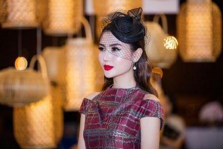Hoa hau Ngoc Duyen quy phai, quyen ru tren tham do thoi trang - Anh 5