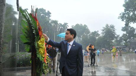 Ong Nguyen Duc Chung dan dau doan dai bieu Ha Noi dang hoa tai tuong dai Lenin - Anh 1