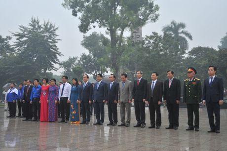 Ong Nguyen Duc Chung dan dau doan dai bieu Ha Noi dang hoa tai tuong dai Lenin - Anh 2