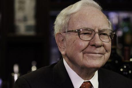 Warren Buffett dang ngoi tren 'nui' tien mat cao hon bao gio het - Anh 1