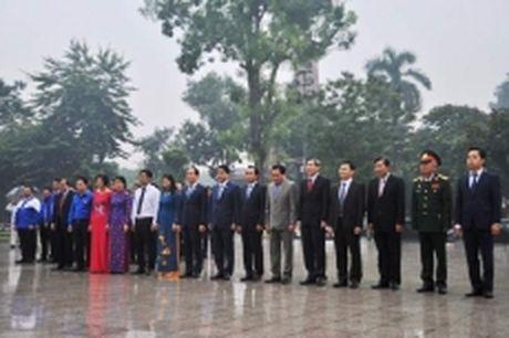 Lanh dao TP Ha Noi dat hoa tuong niem V.I.Le-nin - Anh 1