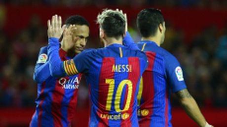 Messi cham cot moc 500 ban thang duoi mau ao Barcelona - Anh 1