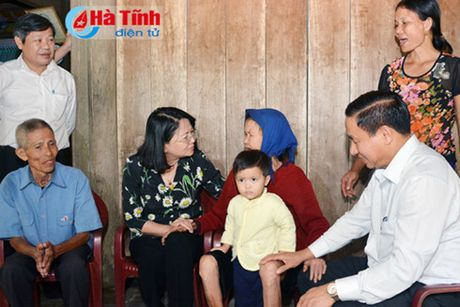 Pho Chu tich nuoc Dang Thi Ngoc Thinh tham va tang qua cho nguoi dan vung lu Ha Tinh - Anh 1
