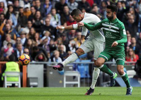 Nghich ly bong vang rot trung Ronaldo - Anh 1