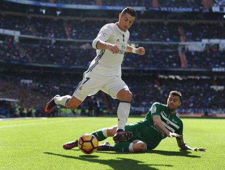 Nghich ly bong vang rot trung Ronaldo - Anh 2