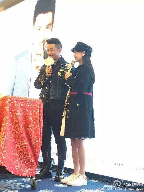 Angelababy khe ne bung bau den chuc mung Huynh Hieu Minh - Anh 2