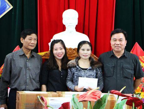 Hoi Xuat ban trao qua cho hoc sinh vung lu Ha Tinh - Anh 1