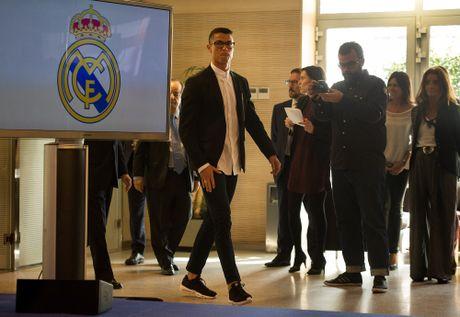 Ronaldo nhan luong nua trieu bang voi hop dong moi - Anh 1