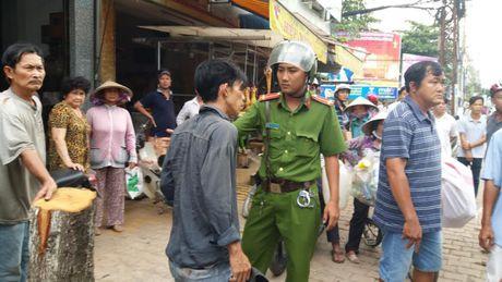 Tien Giang: Nam thanh nien dam dau vao xe khach, nghi bi 'ngao da' - Anh 1