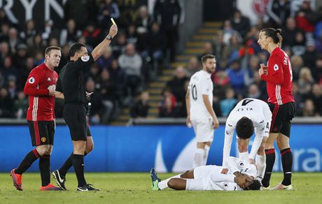 Ibrahimovic lo dai chien MU - Arsenal vi an treo gio - Anh 1