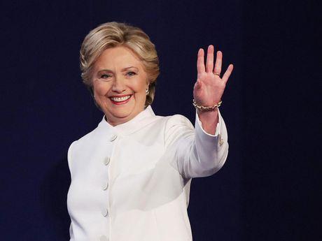Ba Clinton tao khoang cach lon so voi doi thu mot ngay truoc bau cu - Anh 1