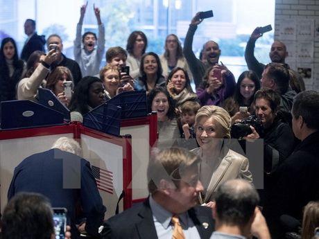 Ung cu vien Hillary Clinton di bo phieu o bang New York - Anh 1