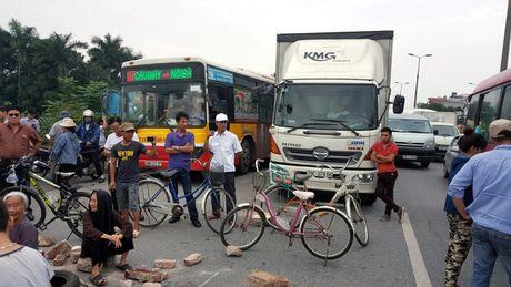 Ha Noi: Un tac nghiem trong vi dan chan duong len san bay Noi Bai - Anh 1