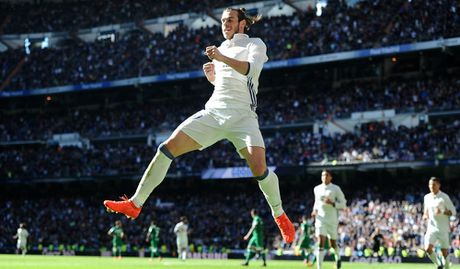 Messi, Suarez bay cao, Bale duoi kip Ronaldo trong cuoc dua Pichichi - Anh 10
