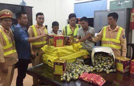 Bat gon xe tai van chuyen 63kg phao Trung Quoc trong dem - Anh 1