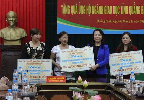 Thu truong Bo GD&DT Nguyen Thi Nghia trao qua ho tro nganh Giao duc Quang Binh - Anh 1
