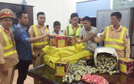 Ha Noi: CSGT phat hien nam thanh nien van chuyen 63kg phao tren xe tai - Anh 1