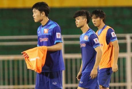Bo 3 Cong Phuong, Xuan Truong, Tuan Anh tang qua cho dan em Hoc vien HAGL Arsenal JMG - Anh 1