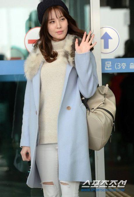 Seo Hyun, Krystal nhot nhat, mat ngai ngu khi ra san bay - Anh 5