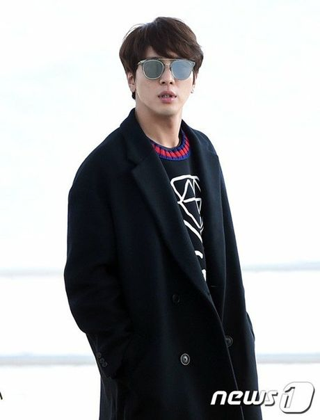 Seo Hyun, Krystal nhot nhat, mat ngai ngu khi ra san bay - Anh 8