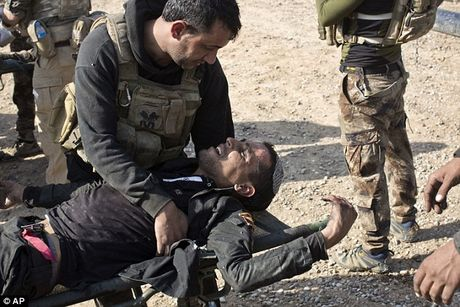 IS dien cuong tan sat 100 dan thuong khi thao chay o Mosul - Anh 5