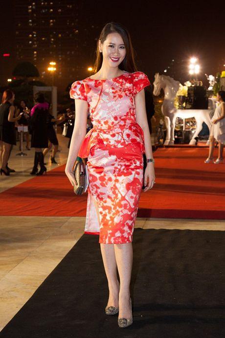 Hoa hau Do My Linh va NTK Duc Hung 'do dang' tren tham do - Anh 11
