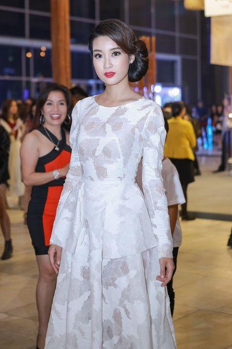Hoa hau Do My Linh va NTK Duc Hung 'do dang' tren tham do - Anh 5