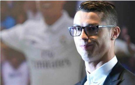 Deo kinh ky hop dong ty do, Ronaldo bi fan cham biem - Anh 1