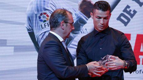 Deo kinh ky hop dong ty do, Ronaldo bi fan cham biem - Anh 3