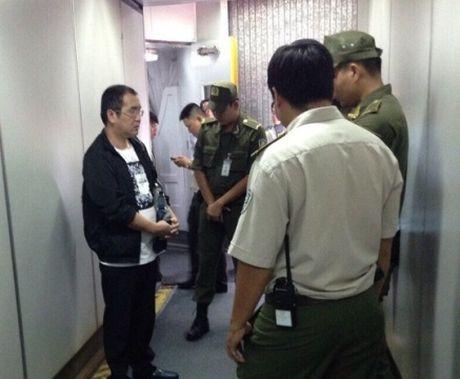 Hanh khach Trung Quoc bi bat qua tang an cap tren may bay Vietnam Airlines - Anh 1