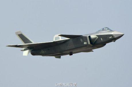 Trung Quoc khoe 'bao boi' J-20, Nga va My noi gi? - Anh 1