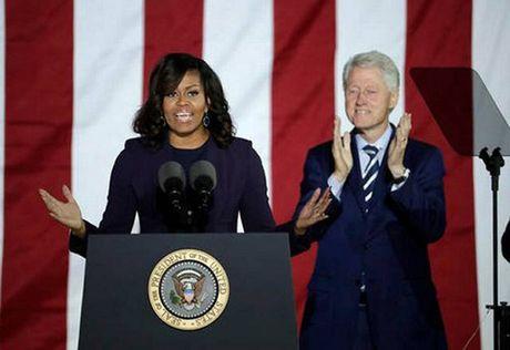 Ba Obama gioi thieu 'tinh yeu cuoc doi' len van dong cho Clinton - Anh 1