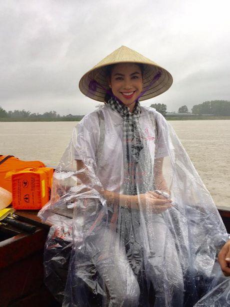Hoa hau Pham Huong doi mua ngoi thuyen, dap xe di tu thien mien Trung - Anh 1