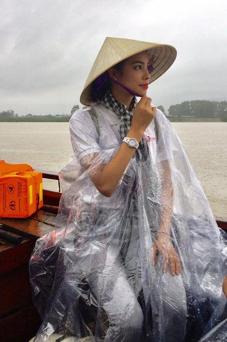 Hoa hau Pham Huong doi mua ngoi thuyen, dap xe di tu thien mien Trung - Anh 2