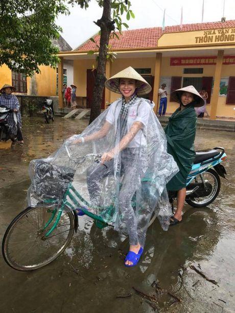 Hoa hau Pham Huong doi mua ngoi thuyen, dap xe di tu thien mien Trung - Anh 3