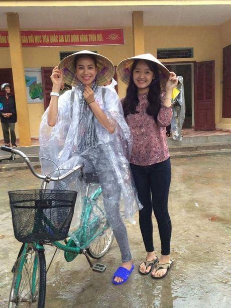 Hoa hau Pham Huong doi mua ngoi thuyen, dap xe di tu thien mien Trung - Anh 4