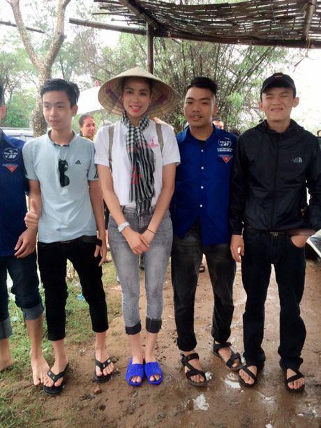 Hoa hau Pham Huong doi mua ngoi thuyen, dap xe di tu thien mien Trung - Anh 5