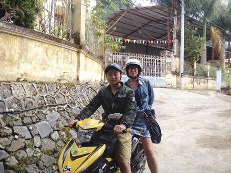 Khach Tay bi lac o Ha Giang va long tot cua hai ban tre - Anh 3