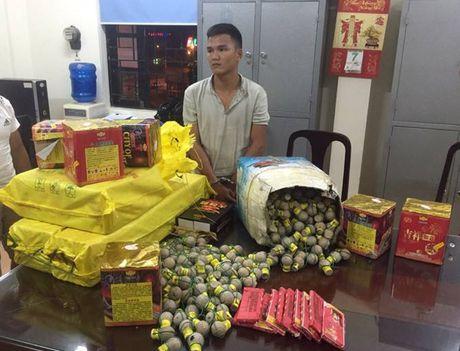 Ha Noi: Phat hien gan 500 qua phao hinh luu dan tren xe tai - Anh 1