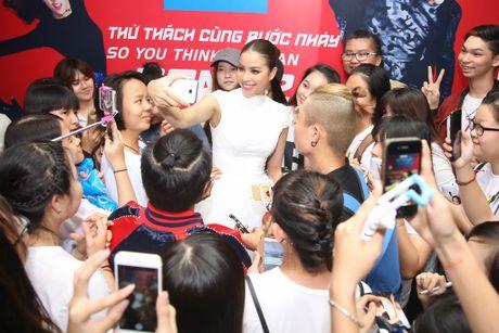 Pham Huong duoc fan vay quanh khi lam giam khao cuoc thi nhay - Anh 1